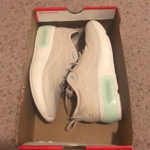Women's Size 7 Nike Air Max Dia